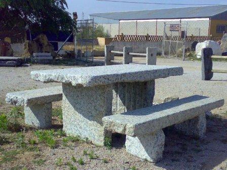 Mesa con bancos granito piedras naturales eloy for Bancos de granito para jardin